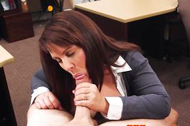 Бабенка делает отсос большого члена и занимается сексом